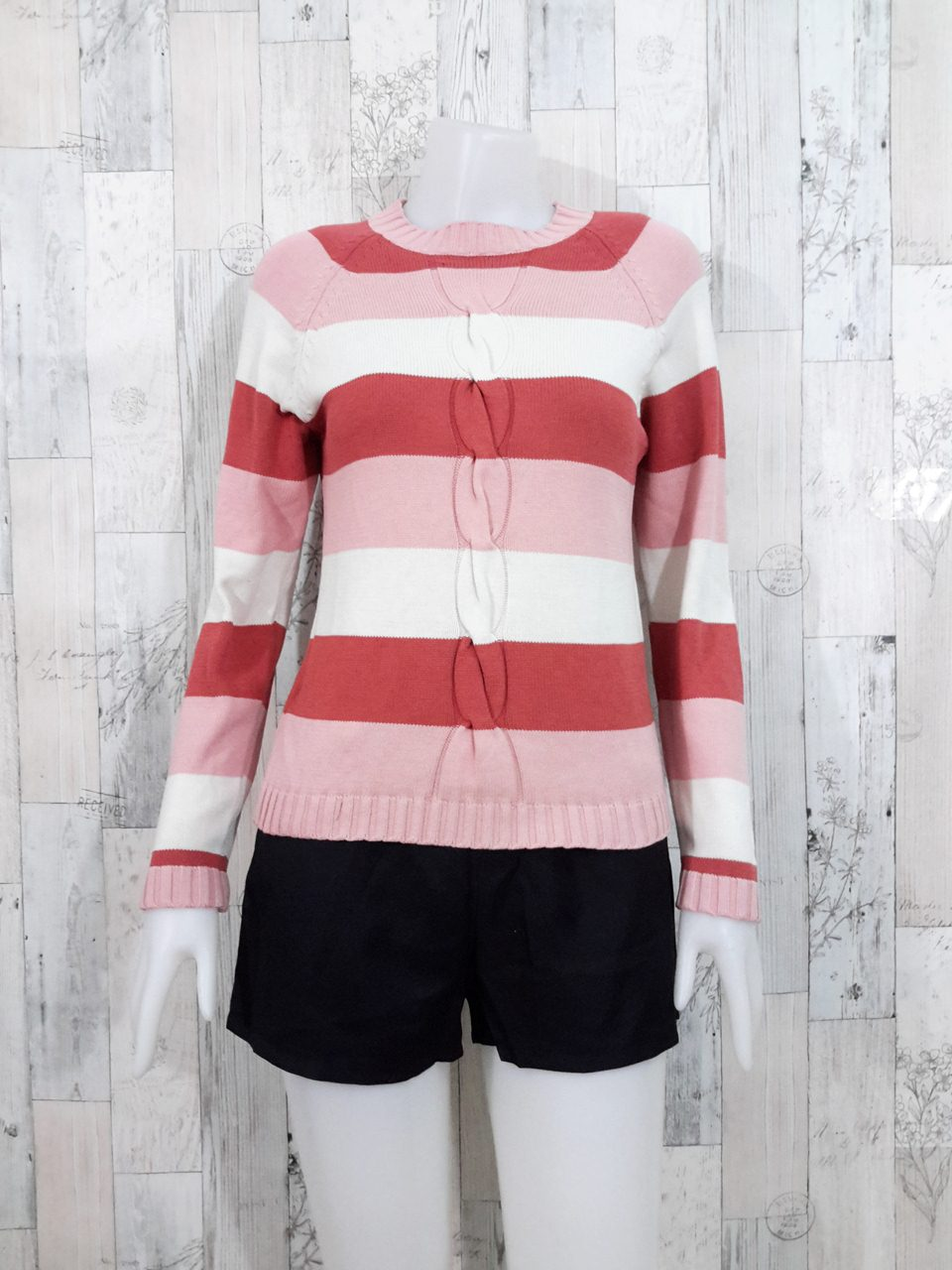 Blouse3534 2nd hand clothes เสื้อไหมพรมเนื้อแน่น(เนื้อหนาปานกลาง) แขนยาว คอกลม แต่งลายเปียนูน ลายริ้วโทนสีชมพูแดงปูน