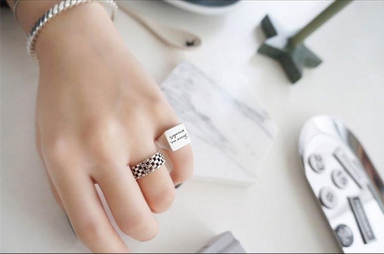 แหวนแฟชั่นสีเงินรมดำลายสับหว่าง