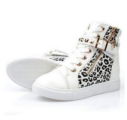 รองเท้าผ้าใบหุ้มข้อ รองเท้าผ้าใบ หุ้มส้น สีขาว ลายเสือดาว สไตล์ ร็อคแอนด์โรล ร็อคเกอร์สาว ติดหมุนทอง ห้อยจี้หัวกะโหลก เท่ ๆ 61574_1