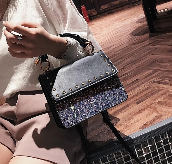 [ พร้อมส่ง ] - กระเป๋าถือ/สะพาย สีดำคลาสสิค วิ้งค์ๆโทนรุ้ง ขนาดกระทัดรัด ดีไซน์สวยเรียบหรู ดูดี งานหนังสวยค่ะ