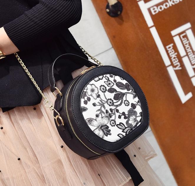 [ พร้อมส่ง HI-End ] - กระเป๋าแฟชั่น ถือ/สะพาย สีดำ ทรงกลมน่ารักๆ ปักตกแต่งลายดอกไม้สีดำ ขนาดกระทัดรัด สไตล์ดาราเกาหลี ดีไซน์สวยเก๋ ไม่ซ้ำใคร งานหนังคุณภาพ