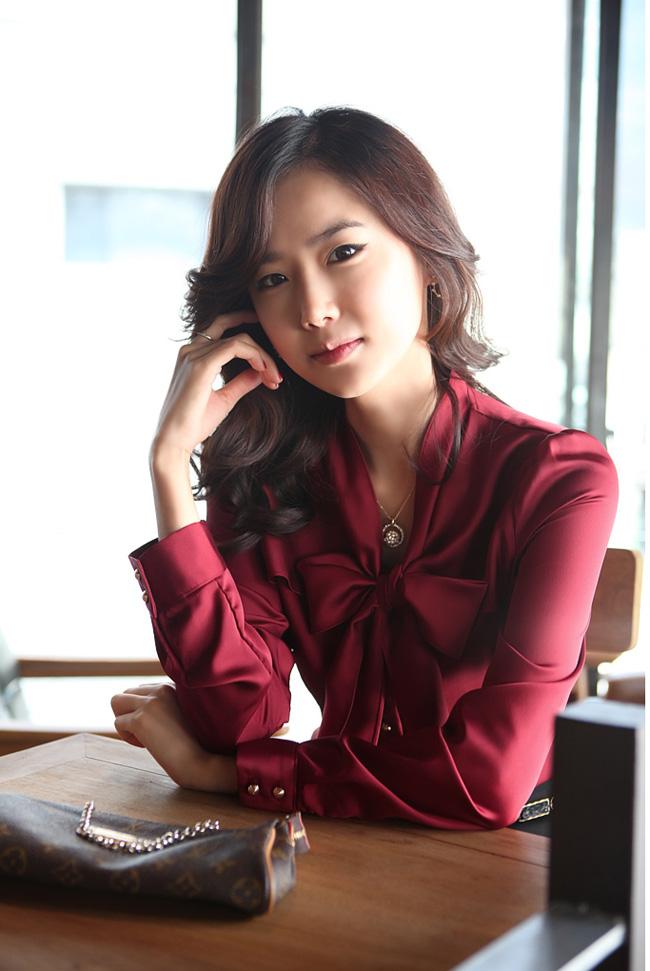 เสื้อทำงานสาวออฟฟิศ เรียบหรู ดูดี สีไวน์แดง