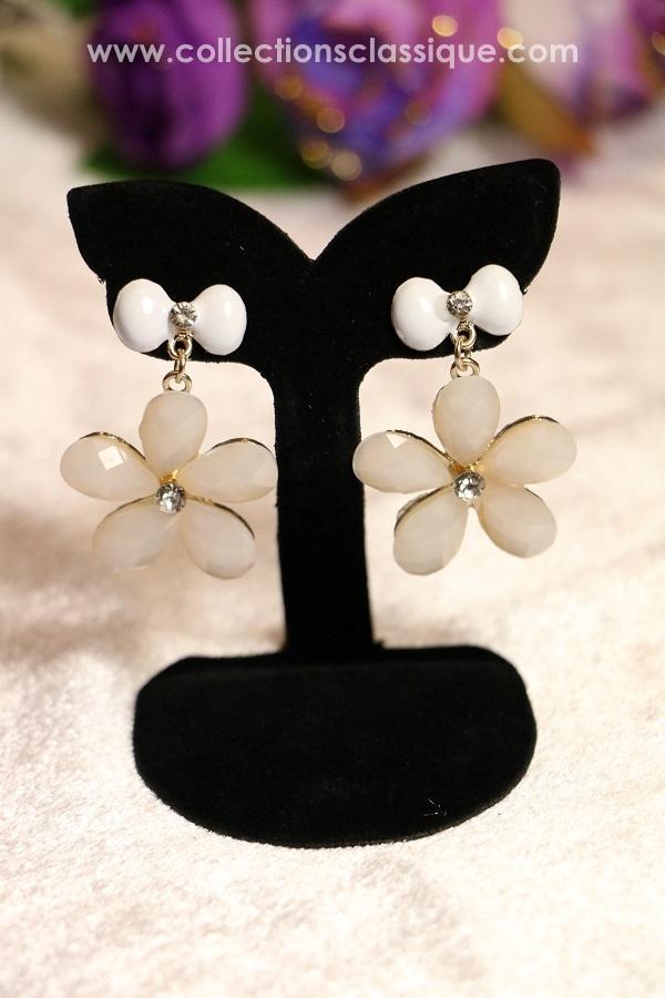E99002 The Classic White Blossom ต่างหูดอกไม้สีขาว