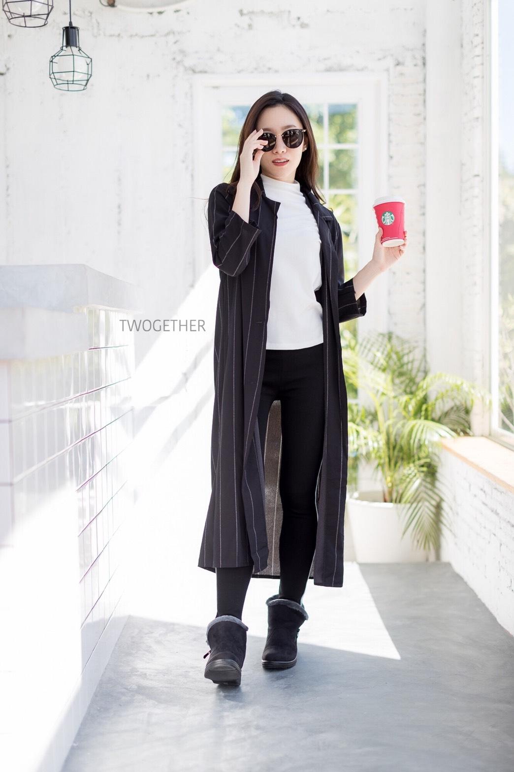 เสื้อผ้าเกาหลีพร้อมส่ง เสื้อคลุมตัวยาวคอปกสีดำลายทาง