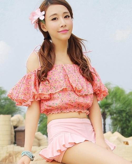 ชุดว่ายน้ำทูพีช สีชมพู เสื้อลายดอกไม้ กางเกงแต่งระบายน่ารัก มียกทรงเข้ากับตัวชุด สีสันสดใส น่ารักมากๆ