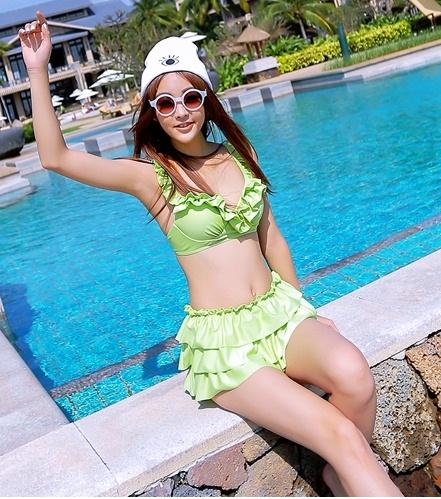 ชุดว่ายน้ำทูพีช สีเขียวสดใส ยกทรงแต่งระบาย ดีเทลกระโปรงระบายเป็นชั้นๆ สีสันสดใส น่ารักมากๆ