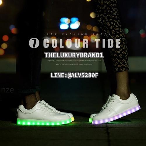 รองเท้า LED SIMULATION SHOES รองเท้ามีไฟ เรืองแสง ไฟเปลี่ยนสี แนวคิดสุดล้ำของ [Yifang Wang X Samuel Yang] YIFANG WAN SHOES มาเติมสีสันและความสนุกให้กับชีวิตและทุกก้าวเดินของคุณด้วย รองเท้าเรืองแสง ไฟ LED ทลายทุกข้อจำกัดของรองเท้าแบบเดิมๆแล้วชีวิตคุณจะสนุกและมีสีสันไปจากเดิมอย่างแน่นอน