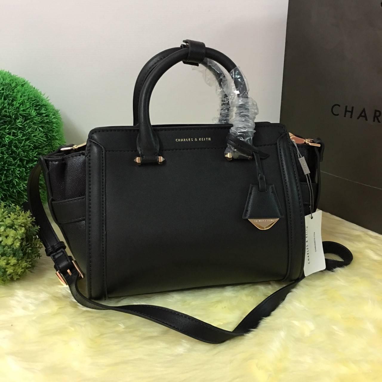 กระเป๋า CHARLES & KEITH OULET TRAPEZE BAG รุ่นหนังเรียบ สีดำ มีถุงผ้า