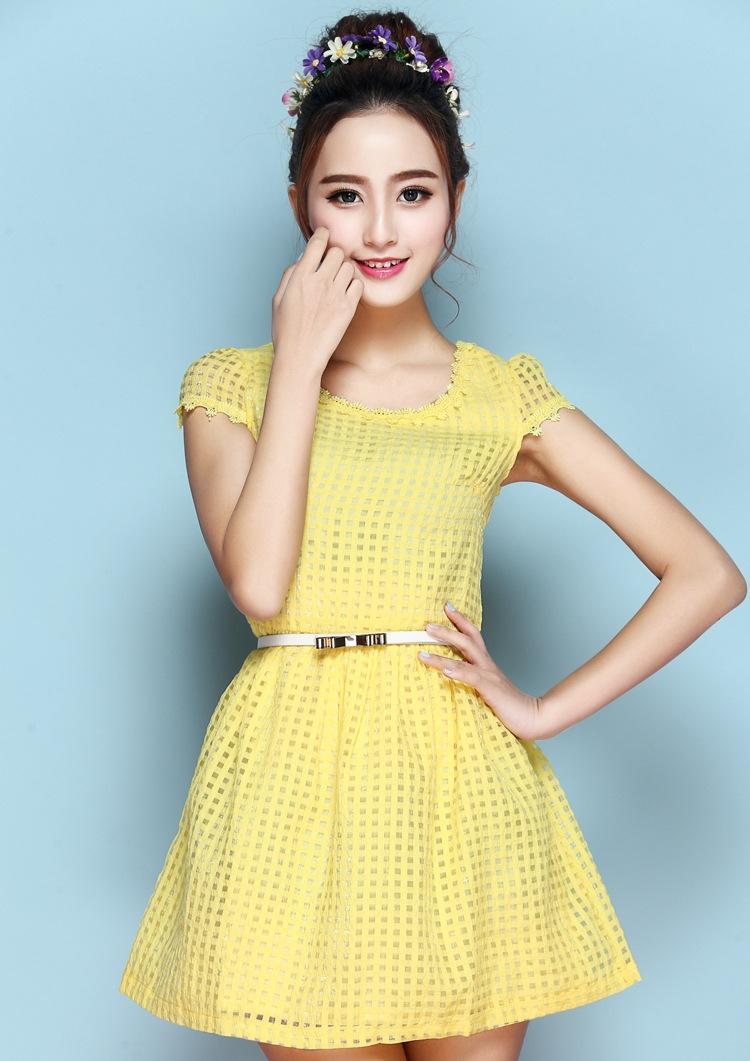 ชุดเดรสสั้นสีเหลือง แนวหวานน่ารัก ผ้าไหมแก้ว คอกลม มีแขน พร้อมเข็มขัดเข้าชุด
