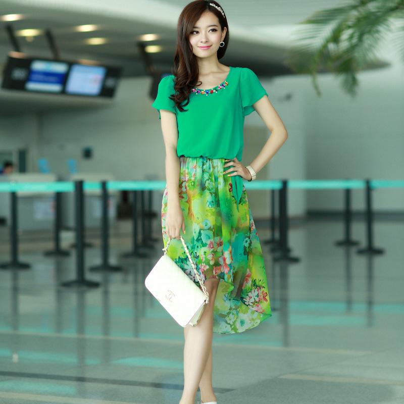 ชุดเดรสสั้นสีเขียว แขนสั้น คอกลมเย็บเลื่อมประดับ เอวยืด กระโปรงลายดอกไม้ สวยหวาน