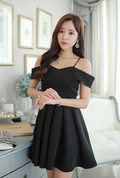 ชุดเดรสปาร์ตี้ ( cocktail dress ) สีดำ สวยหรู แอบเซ็กซี่เบาๆ สายเดี่ยว เปิดไหล่