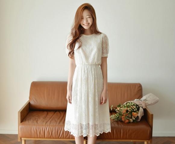 ชุดเดรสยาวสีขาว ผ้าลููกไม้ แขนสั้น คอกลม เอวยืด มีซับใน สวยหวาน