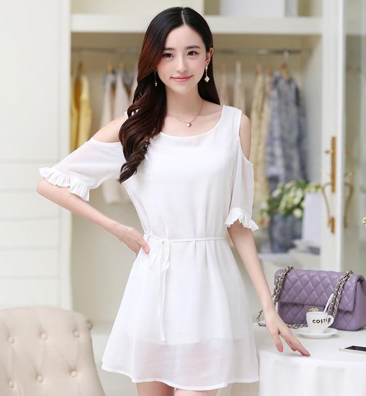 ชุดเดรสสั้นสีขาว ผ้าชีฟอง เว้าไหล่ ปลายแขนแต่งระบายสวยเก๋ ทรงปล่อยสวมใส่สบาย M L XL