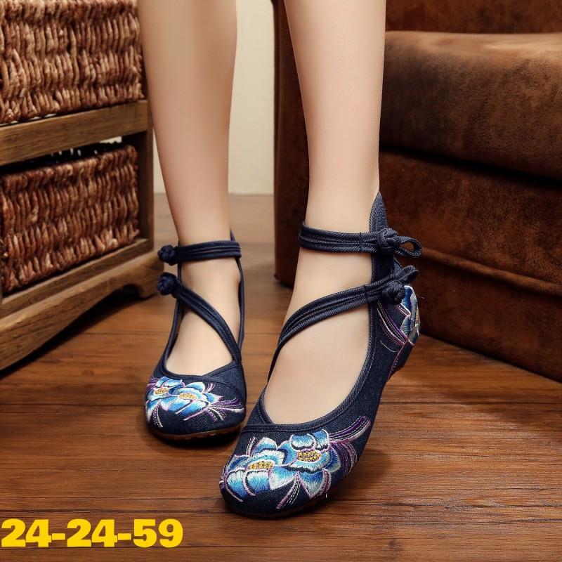 รองเท้าผ้าปักลายจีน ลายปักดอกไม้คู่ ผ้าทอแน่นเนื้อดี ด้านหลังสูง มีสายรัดข้อกลัดกระดุม จีน 2 เส้น โดดเด่นด้วยสายรัดข้อคาดหน้าเฉียงสุดเก๋ พื้นด้านในซับฟองน้ำ มากส้นสูงเพียง 1 นิ้ว ใส่สบาย สวยไม่เหมือนใคร