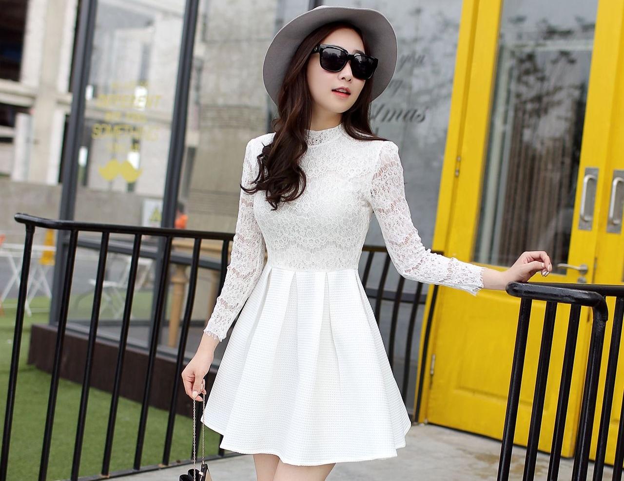 ชุดเดรสสั้นสีขาว เสื้อลูกไม้แขนยาว เย็บติดกับกระโปรงจีบทวิสเก๋ๆ แนวคุณหนู เรียบร้อย สวยหรู ดูดี สไตล์เกาหลี