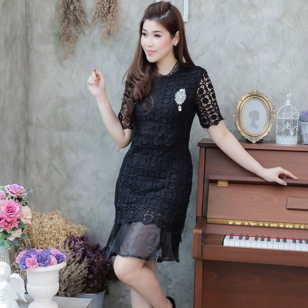 แฟชั่นชุดออกงาน ชุดไปงานธีมสีดำ เดรสสั้นลูกไม้ แขนสั้น แต่งระบายชายกระโปรงด้วยผ้าไหมแก้ว