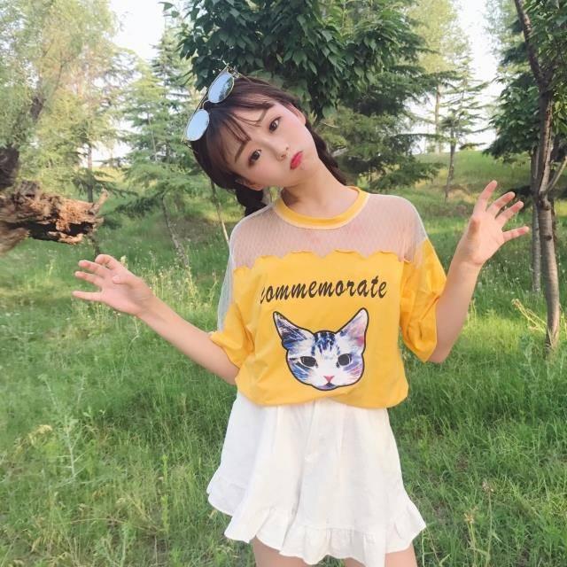 เสื้อแฟชั่น คอกลม แขนสั้น แต่งผ้าตาข่าย ลายแมว สีเหลือง