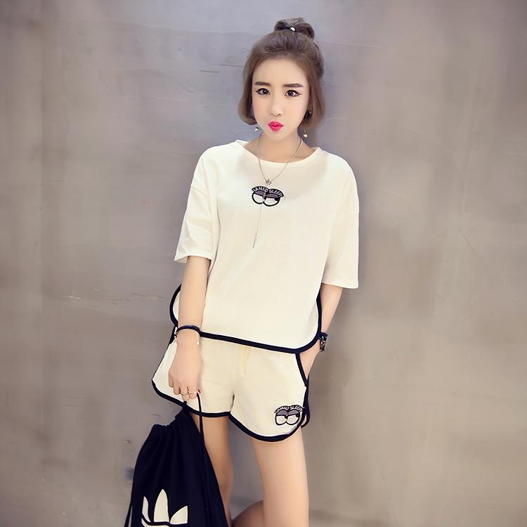 ชุด 2 ชิ้น เสื้อแฟชั่น คอกลม แขนสั้น ลายการ์ตูน + กางเกง เอวสม๊อค ขาสั้น สีขาว