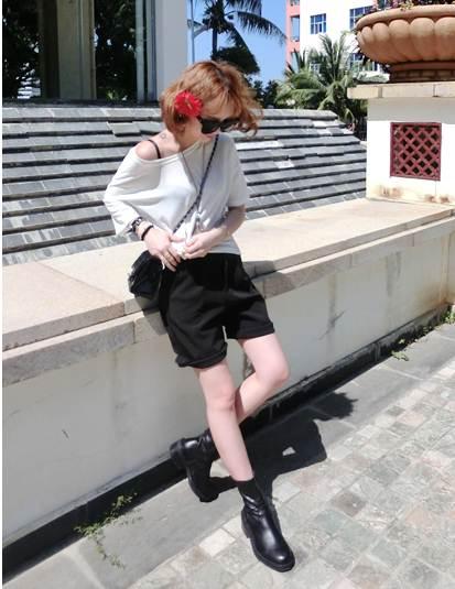 ชุด 2 ชิ้น เสื้อยืดคอกลมสีขาว + กางเกงสีดำ