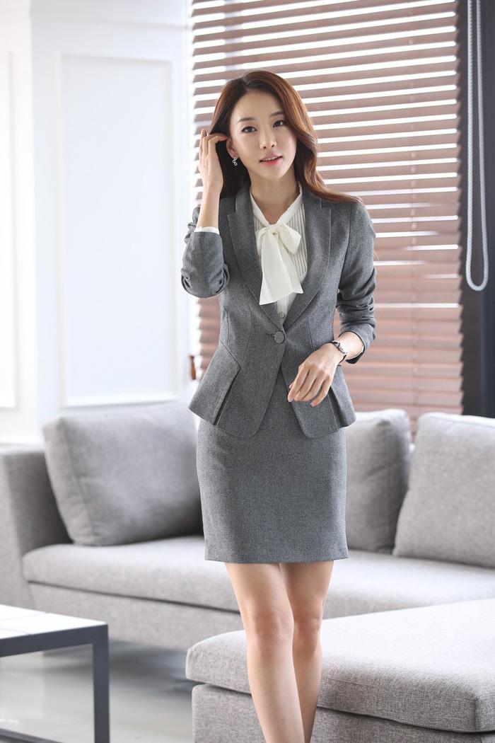 (สินค้าหมด) เสื้อสูทแฟชั่นผู้หญิง เสื้อสูททำงาน สีเทา คอปก แขนยาว แต่งจับจีบชายเสื้อด้านหน้าติดกระดุมเม็ดเดียว หัวไหล่เสริมฟองน้ำ เข้ารูปช่วงเอว