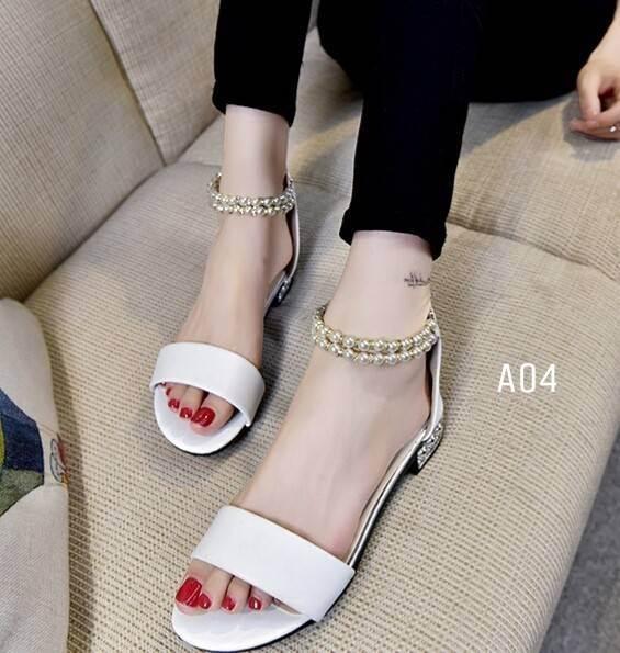รองเท้าส้นเตี้ยรัดข้อสีขาว มีสายมุกรัดข้อปรับระดับ (สีขาว )