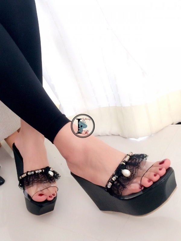 รองเท้าส้นเตารีดแบบสวม สายคาดประดับไข่มุก (สีดำ )