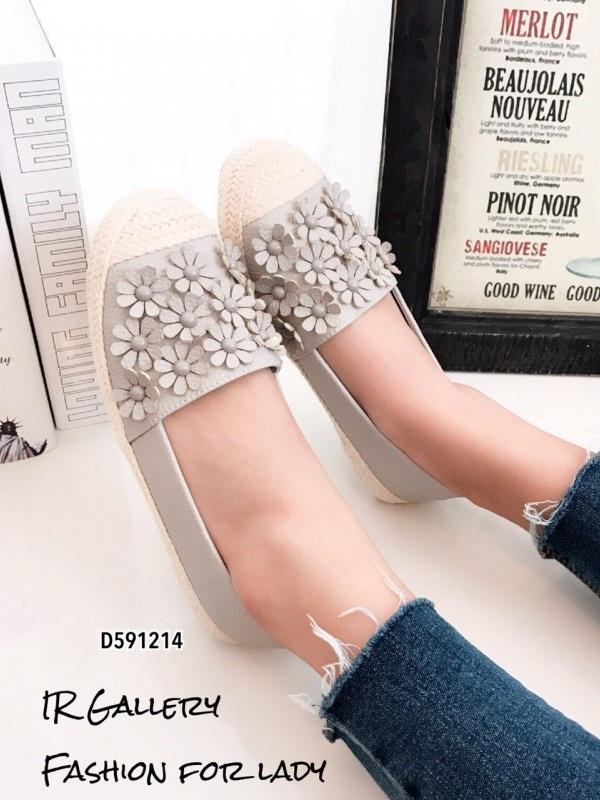 รองเท้าผ้าใบผู้หญิงสีเทา พียูนิ่ม แต่งอะไหล่ดอกไม้ตอก (สีเทา )