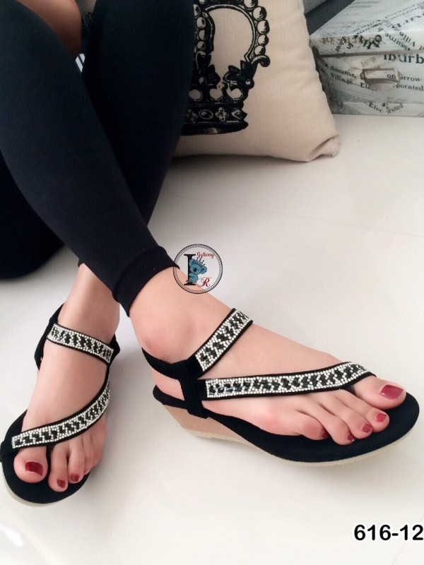 รองเท้าส้นเตารีด สายไขว้ แต่งพชร รัดข้อเท้า (สีดำ )