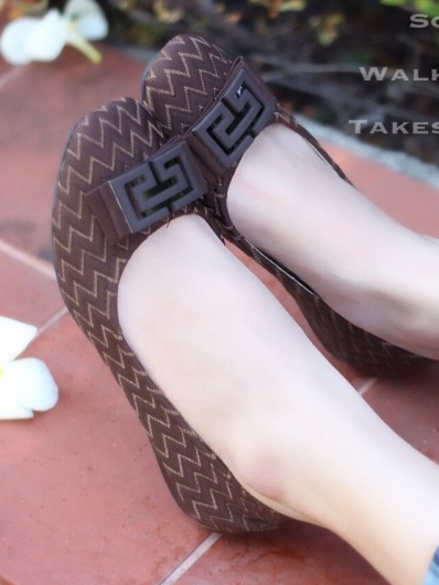 รองเท้าคัทชูส้นเตี้ย ผ้าทอลายในตัว (สีน้ำตาล )