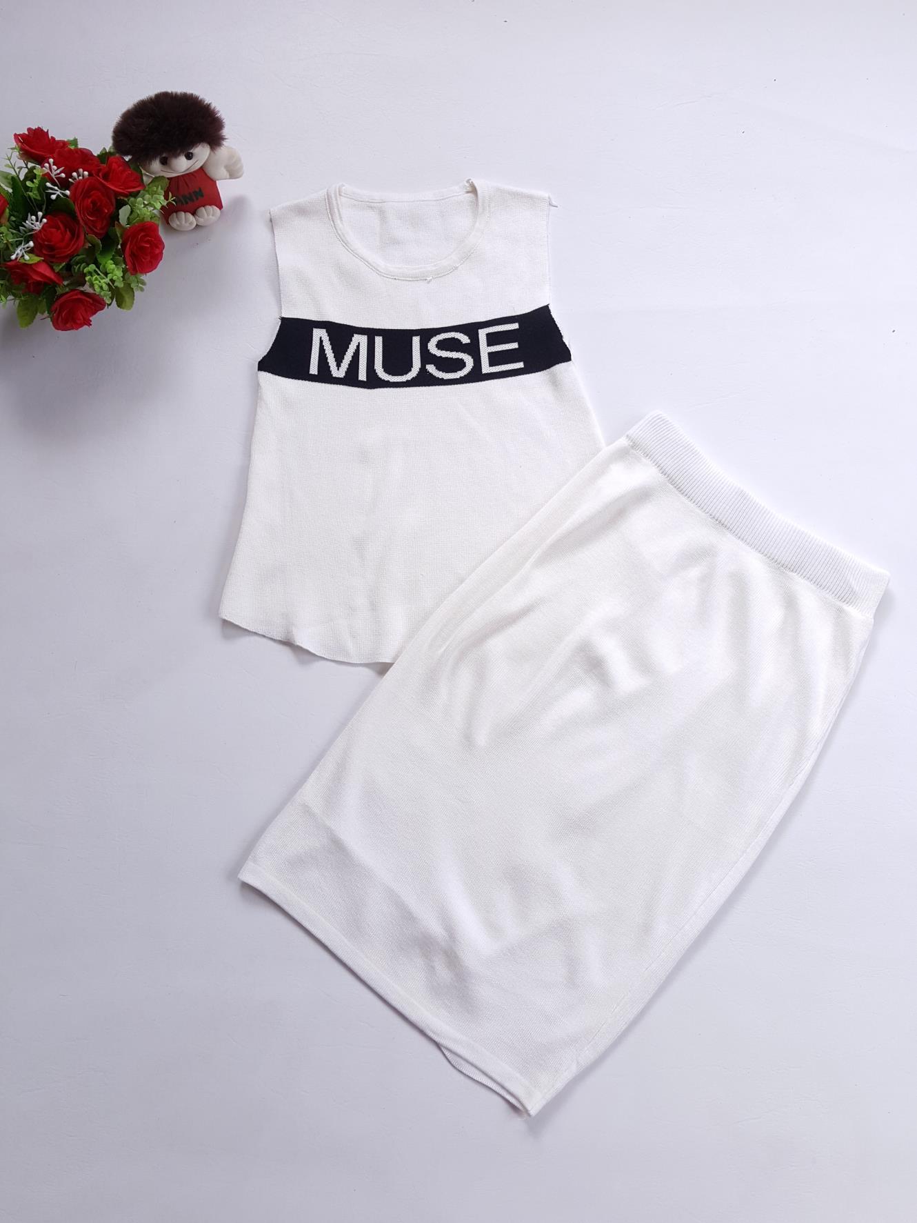 WOW SETS : ชุดเซ็ต 2 ชิ้น เสื้อ+กระโปรง ตัวเสื้อแขนกุด ผลิตจากผ้าไหมพรมร่องหนาเนื้อยืดหยุ่นดีมาก สีขาวสกรีนแถบดำ MUSE มาพร้อมกับกระโปรงผ้าเนื้อเดียวกัน งานคุณภาพ