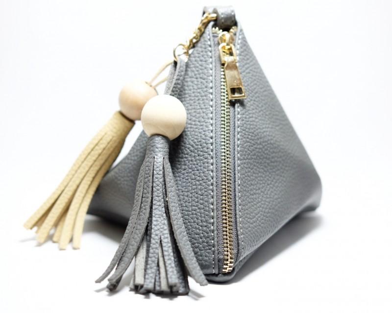 กระเป๋าครัช กระเป๋าถือ สามเหลี่ยมเล็ก-มีตุ้ม [สีเทาเข้ม]