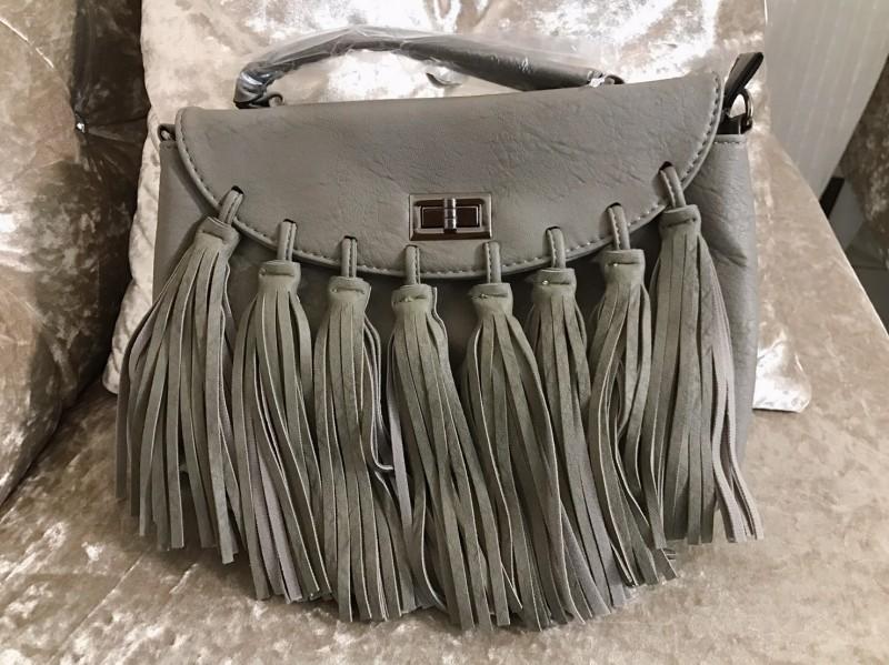 กระเป๋าสะพายแฟชั่น กระเป๋าสะพายข้างผู้หญิง แบบฝาพับ แต่งภู่ใหญ่ [สีเทา ]