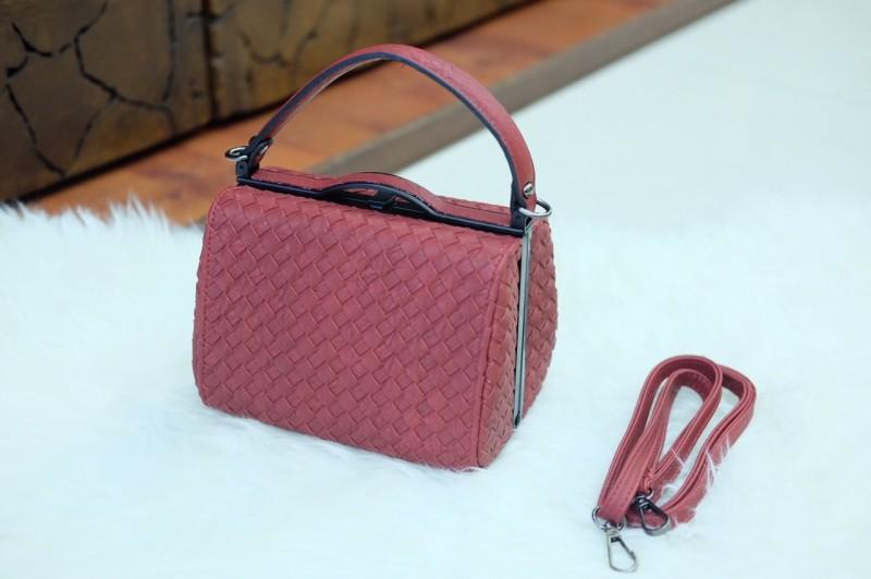 กระเป๋าสะพายแฟชั่น กระเป๋าสะพายข้างผู้หญิง หนังลายสาน ขนาดกระทัดรัด [สีแดง ]
