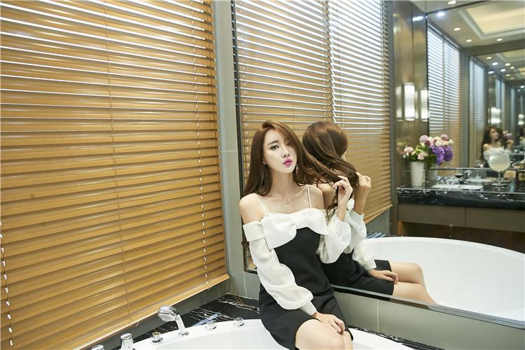 ชุดเดรสแฟชั่นเกาหลีเปิดไหล่ขาวดำ