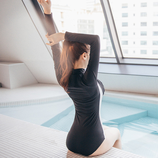 ชุดว่ายน้ำสีดำแขนยาว