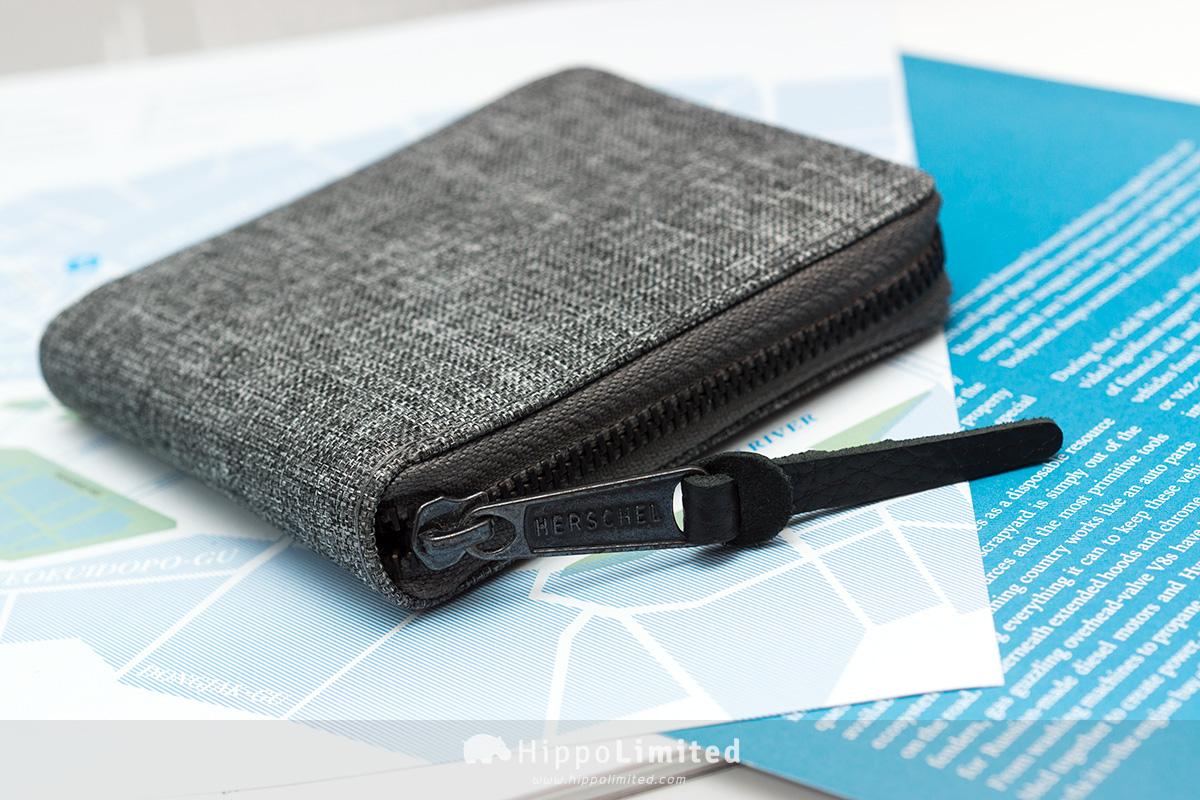 กระเป๋าสตางค์แบบซิปรอบ Herschel Walt Wallet - Raven Crosshatch ซิปสีดำตัวช่วยดึงหนังแท้