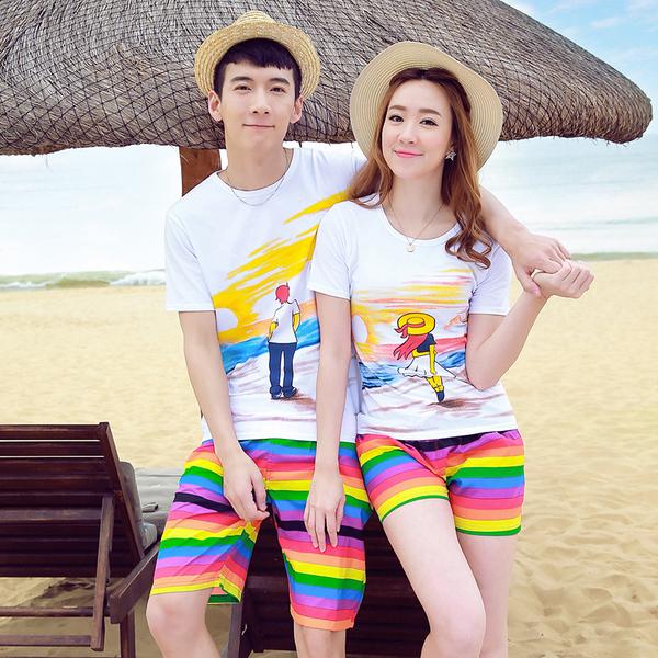 เสื้อคู่รัก ชุดคู่รักเที่ยวทะเลชาย +หญิง เสื้อยืดสีขาวลายคนยืนดูท้องฟ้า กางเกงขาสั้นลายแถบสี โทนสีรุ้ง +พร้อมส่ง+