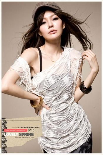 (หมดจ้า) เสื้อสีขาวสุดเปรี้ยว ด้วยดีไซน์ให้เป็นผ้าเส้นขาดๆเซอร์ๆรอบตัว เสื้อมี 2 ชิ้น ตัวในเป็นสายเดี่ยวสีดำ ใส่สบายค่ะ
