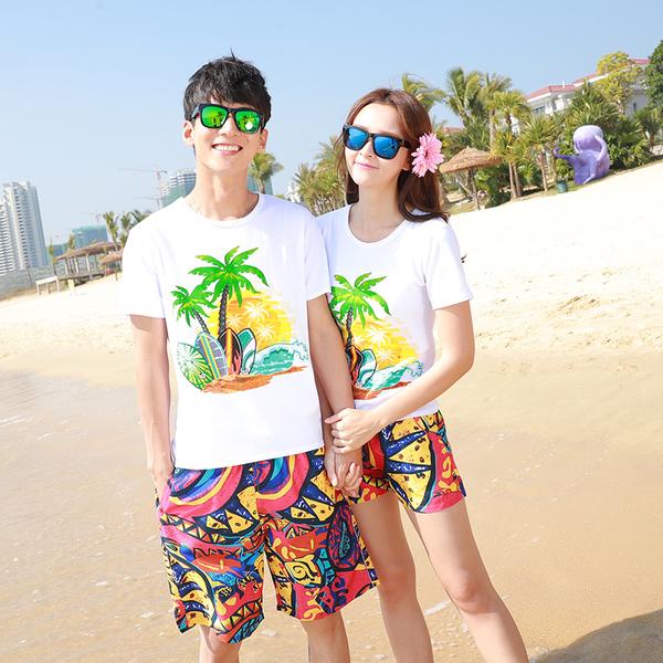 เสื้อคู่รัก ชุดคู่รักเที่ยวทะเลชาย +หญิง เสื้อยืดสีขาวลายต้นมะพร้าว กางเกงขาสั้นลายพระอาทิตย์โทนสีส้ม +พร้อมส่ง+