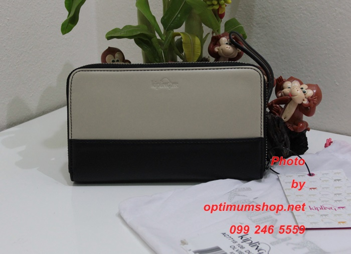 Kipling Olvie Leather Dune Black Combo เป็นกระเป๋าสตางค์ใบยาวแบบซิปรอบ มาพร้อมสายคล้องมือ ขนาด 8x 5 x 1 นิ้ว