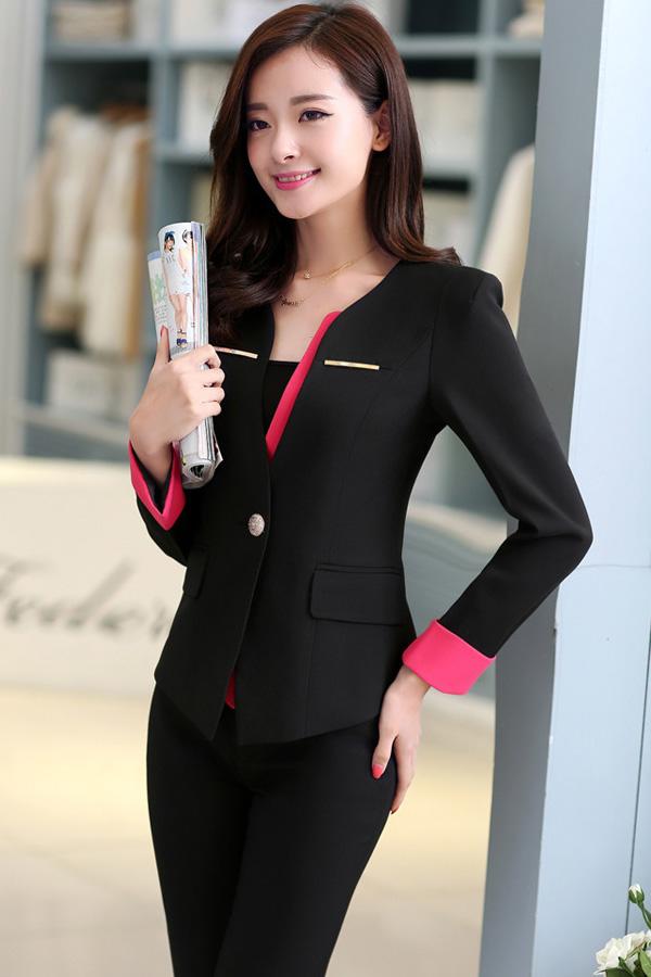 เสื้อสูทสีดำแต่งขริบสีชมพูข้างเดียวเก๋ ดีเทลแขนพับสุดเท่ห์ คอวีลึกติดกระดุมเม็ดเดียว กางเกงขายาว สีดำทรงสวยค่ะ