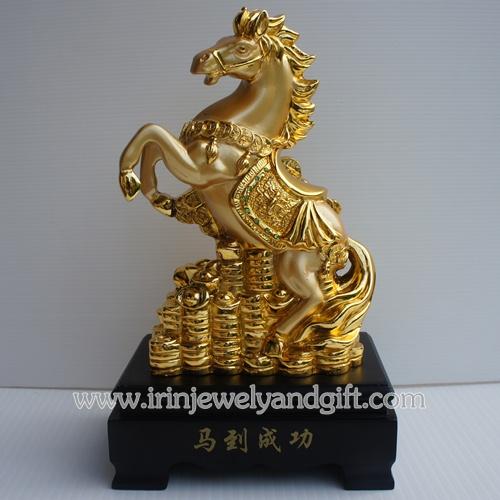 ม้าทองบนเหรียญจีนฐานดำ