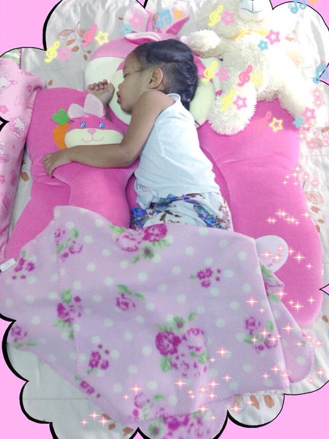 เด็กน้อยอายุ 2 ปีนอนบนเบาะที่นอนกำมะหยี รุ่นกระต่ายน้อยสีชมพู