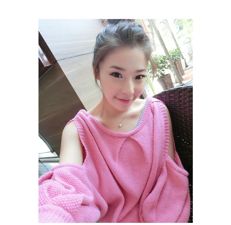 เสื้อผ้าแฟชั่นผ้าไหมพรมนิตติ้งสีชมพูอมแดงคอกว้างเว้าช่วงไหล่สวยเก๋ตามแบบเลยค่ะ