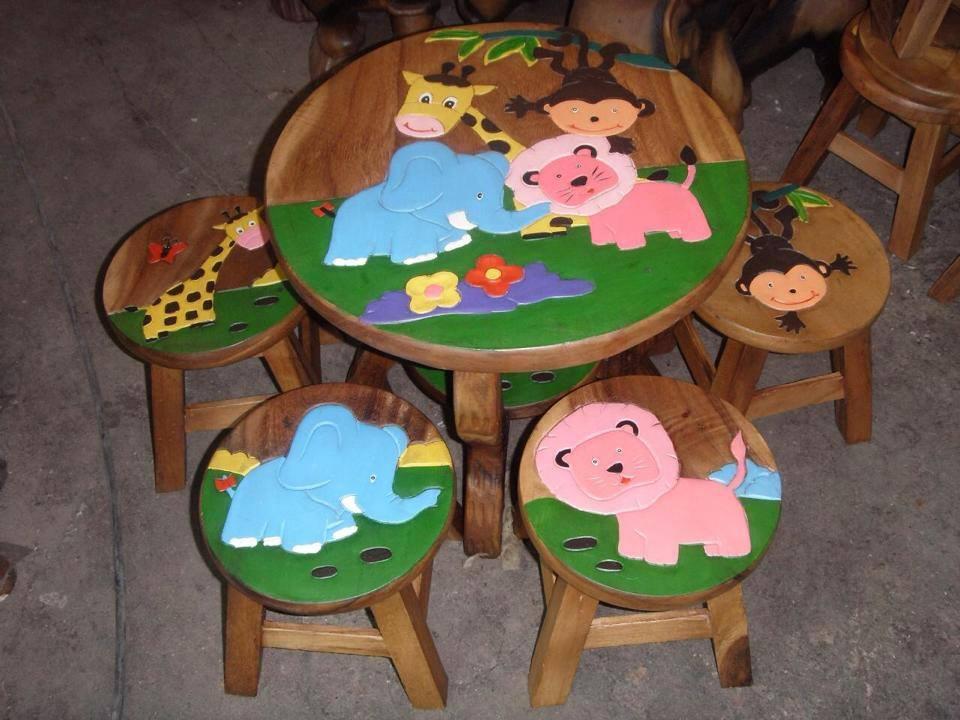 ลายเพื่อนช้าง รุ่นไม่มีพนักพิง โต๊ะ ขนาด 18*20 นิ้ว จำนวน 1 ตัว เก้าอี้ ขนาด 10*10 นิ้ว จำนวน 4 ตัว ผลิตจากไม้จามจุรี รับน้ำหนักได้ถึง 70 กก