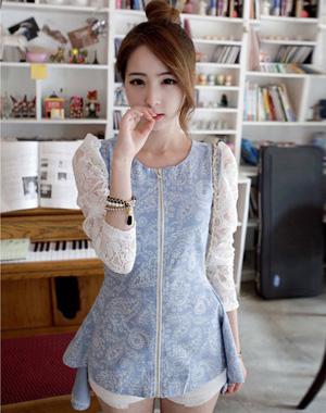 เสื้อยีนส์สีฟ้าเข้มแต่งแขนลูกไม้สีขาวปล่อยชายเสื้อแบบหางปลา