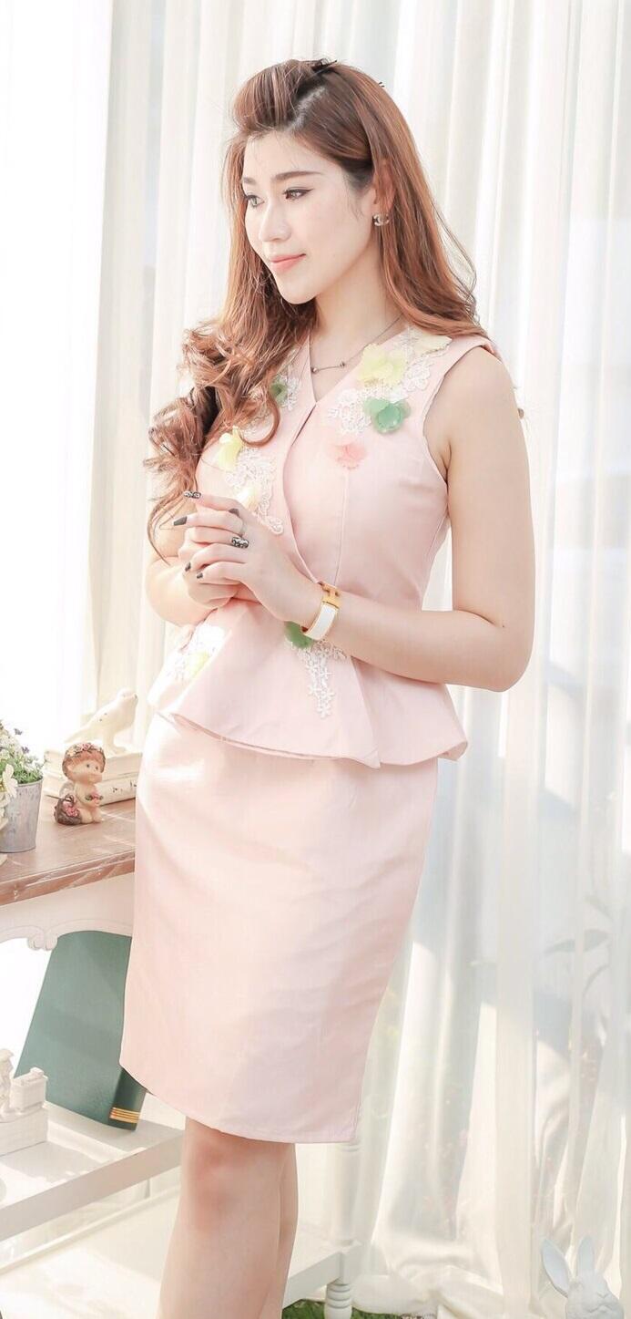 (Size M,L)ชุดไปงานแต่งงาน ชุดไปงานแต่ง ชุดทำงาน สีชมพู เดรสผ้าไหมแขนกุดเอวระบาย มีดีเทลที่ชุดปักด้วยดอกไม้แต่งลูกไม้ เป็นงานปักด้วยมืองานสวยละเอียดปราณีตสุดๆคะ