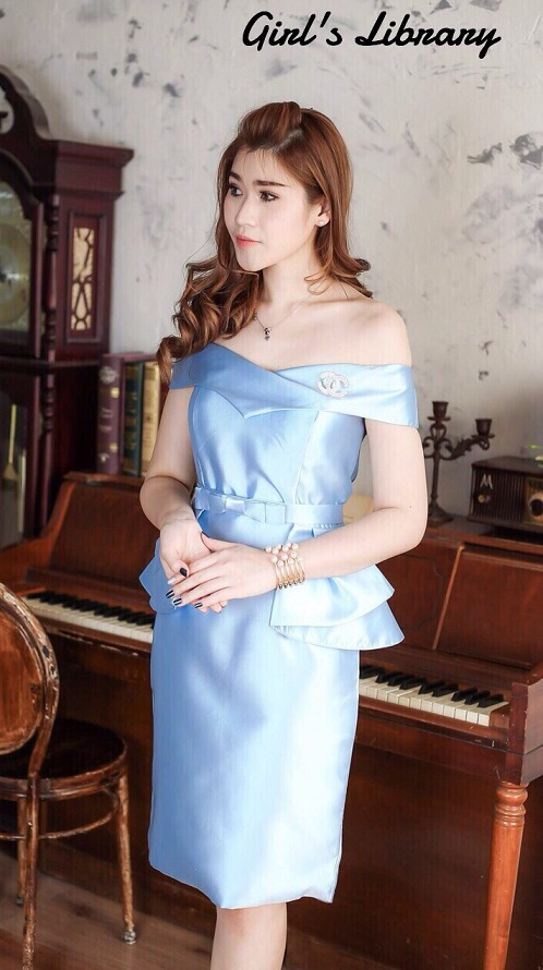 (Size L)ชุดไปงานแต่งงาน ชุดไปงานแต่งสีฟ้า เดรสผ้าไหมเปิดไหล่ กระโปรงทรงสอบ มีดีเทลที่เอวนำผ้าไหมมาแต่งเป็นระบายชายทั้ง2ข้าง (แถมเข็มขัดเอวโบว์)