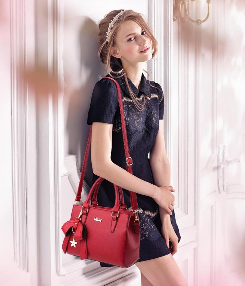 กระเป๋าแฟชั่น หนังPUอย่างดี แบรนด์แท้ฮ่องกง สีแดง +แถมฟรี Twilly พันหูกระเป๋า