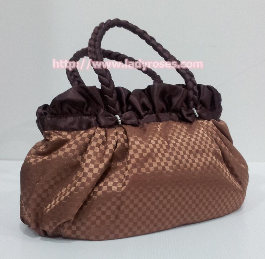 กระเป๋าถือ นารายา ผ้าซาตินมัน ลายตารางเล็ก สีน้ำตาล มีระบายด้านบน สายหิ้ว หูเปีย (กระเป๋านารายา กระเป๋าผ้า NaRaYa กระเป๋าแฟชั่น)